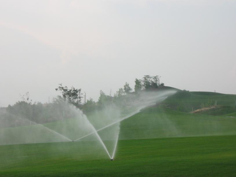 tưới cảnh quan sân golf